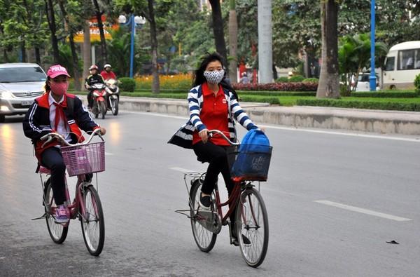 Do ảnh hưởng của không khí lạnh, sáng nay, khi đi trên phố, nhiều người dân thủ đô phải khoác thêm áo lạnh