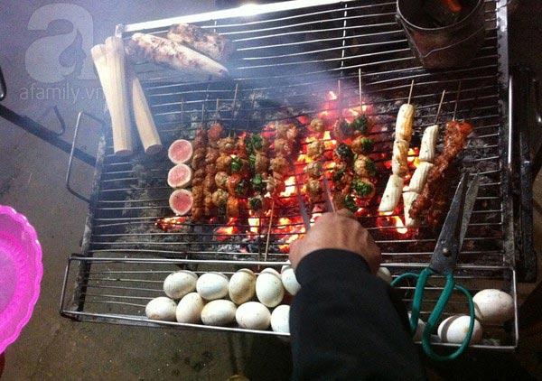 Đủ các loại thực phẩm được đem lên nướng